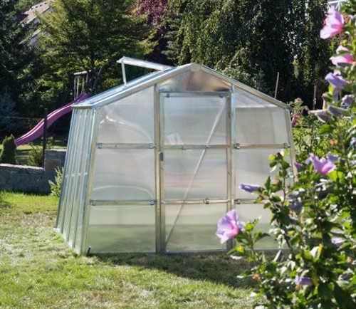 Kompaktní skleník do menších zahrad