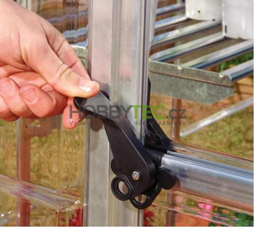 Praktické a snadno ovladatelné zavírání dveří skleníku