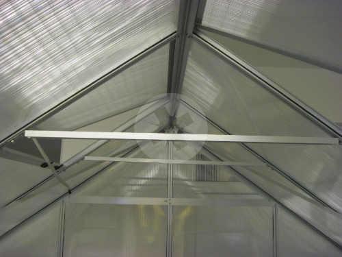 Střešní konstrukce skleníku zpevněná příčnými vzpruhami