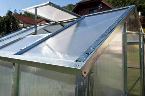 Střešní okno zajišťující dostatečně odvětrávání skleníku