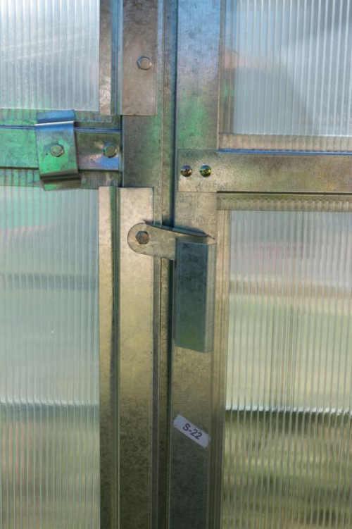 Uzamykatelné dveře polykarbonátového skleníku
