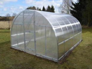Obloukový zahradní skleník s masivní konstrukcí