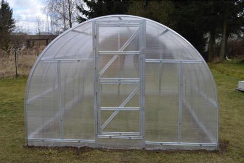 polykarbonátový obloukový skleník do zahrady