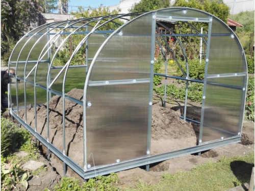 polykarbonátový obloukový zahradní skleník