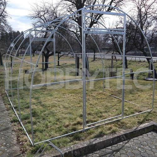 prostorný obloukový zahradní skleník