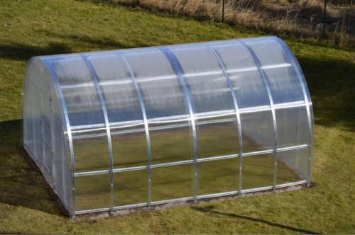 zahradní obloukový skleník s masivní konstrukcí