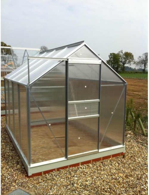 zahradní skleník se základnou z polykarbonátu