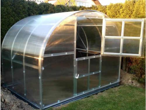 zahradní skleník z polykarbonátu a pozinkované konstrukce