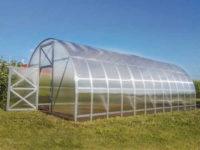 Prostorný obloukový skleník z polykarbonátu